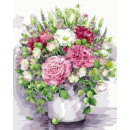 Яркие пионы с зелеными плодами в белой вазе